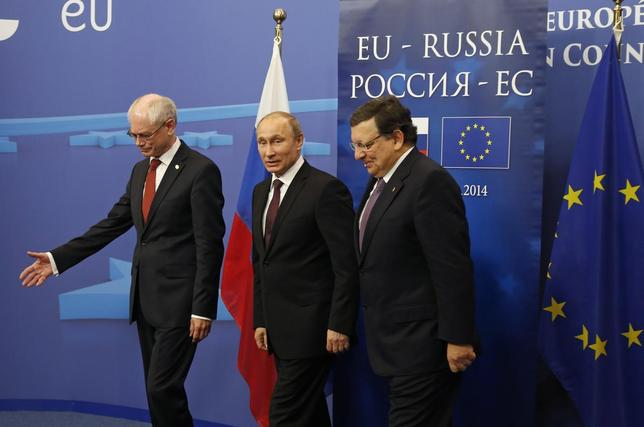 Russian President Vladimir Putin (C) is welcomed by European Council President Herman Van Rompuy (L) and European Commission President Jose Manuel Barroso upon his arrival at the EU council headquarters for a EU-Russia Summit in Brussels January 28, 2014. REUTERS/Yves Herman