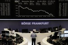 La mesa de operaciones de la Bolsa de Comercio de Fráncfort, ene 24 2013. Las acciones europeas rebotaron el martes desde mínimos de casi un mes, ayudadas por las subidas del sector bancario español y las mayores utilidades de Siemens, aunque la extensa ola de venta de activos en los mercados emergentes seguía preocupando a los inversores. REUTERS/Remote/Joachim Herrmann