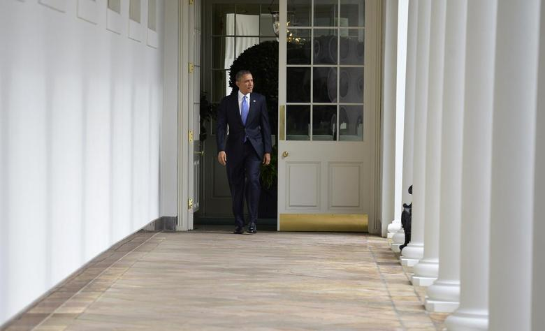 U.S. President Barack Obama walks the colonnade from the residence of the White House to the Oval Office in the West Wing, to continue work on his State of the Union address, to be made later in the evening to a joint session of Congress, in Washington, January 28, 2014. REUTERS/Mike Theiler