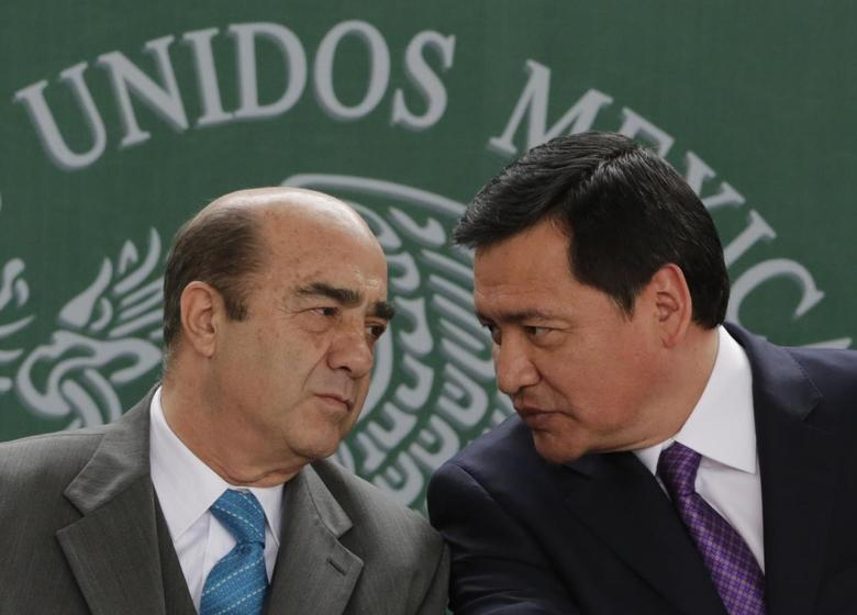 Interior Minister Miguel Angel Osorio Chong (R) talks with Attorney General Jesus Murillo Karam at the launch of an anti-kidnapping unit in Mexico, at the interior ministry in Mexico City January 28, 2014. REUTERS/Henry Romero