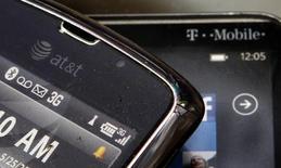 AT&T a fait état mardi d'un chiffre d'affaires en hausse au quatrième trimestre, avec toutefois une croissance du nombre de ses nouveaux abonnés mobiles jugée décevante. Le chiffre d'affaires du numéro deux américain de la téléphonie mobile s'est établi à 33,16 milliards de dollars (24,28 milliards d'euros) sur la période, contre 32,58 milliards un an auparavant. /Photo d'archives/REUTERS/Danny Moloshok