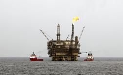 Нефтяная платформа на крупнейшем ливийском шельфовом месторождении Бури 9 октября 2013 года. Цены на нефть Brent держатся выше $107 за баррель, пока инвесторы ждут решения ФРС в отношении стимулирующей программы. REUTERS/Ismail Zitouny