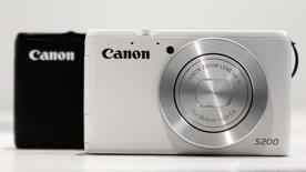 Canon, le fabricant japonais d'appareils photos et d'imprimantes, fait état d'un bénéfice d'exploitation de 337,3 milliards de yens (2,39 milliards d'euros) en 2013, en hausse de 4,1% mais inférieur aux attentes des analystes. /Photo prise le 24 octobre 2013/REUTERS/Yuya Shino