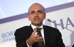 Ministro das Finanças da Turquia, Mehmet Simsek, durante uma conferência econômica, em Istambul. O crescimento econômico da Turquia não será fortemente prejudicado pela alta da taxa de juros e é cedo demais para ajustar a estimativa do governo de crescimento de 4 por cento para este ano, disse Simsek nesta quarta-feira. 19/09/2013. REUTERS/Murad Sezer