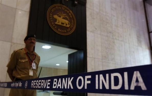 A security guard stands in the lobby of the Reserve Bank of India (RBI) headquarters in Mumbai July 30, 2013. REUTERS/Vivek Prakash/Files