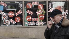 Мужчина проходит мимо витрины магазина в Санкт-Петербурге 26 февраля 2009 года. Потребительские цены в РФ выросли за неделю с 21 по 27 января 2014 года на 0,1 процента, как и неделей ранее, сообщил Росстат. REUTERS/Alexander Demianchuk