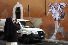 Uma freira fotografa um desenho que mostra o papa Francisco como um super-herói, em uma parede próxima ao Vaticano. Uma grande pintura que surgiu em um edifício perto do Vaticano mostra o papa argentino levantando voo, com seu punho direito cerrado, na clássica posição do Super-Homem. 29/01/2014. REUTERS/Alessandro Bianchi