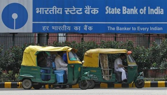 Auto rickshaws wait in front of the head office of State Bank of India (SBI) in New Delhi August 12, 2013. REUTERS/Anindito Mukherjee/Files