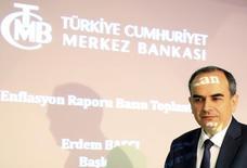 Presidente do Banco Central da Turquia, Erdem Basci, ao chegar para coletiva de imprensa, em Ancara. Dividido entre um primeiro-ministro contra o aumento da taxa de juros e mercados pedindo a alta, o presidente do banco central turco, Erdem Basci, optou por uma elevação audaciosa nas taxas que surpreendeu investidores. 28/01/2014. REUTERS/Umit Bektas