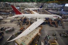 Boeing a publié mercredi un bénéfice par action et un chiffre d'affaires trimestriels meilleurs que prévu et en progression respectivement de 26% et 7%, soutenus par la hausse des livraisons d'avions commerciaux. /Photo d'archives/REUTERS/Randall Hill
