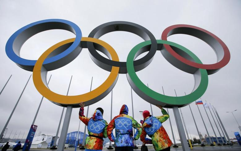 Volunteers stand on a platform displaying the Olympic rings on the Olympic Park as preparations continue for the Sochi 2014 Winter Olympics, January 29, 2014. REUTERS/Fabrizio Bensch