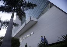 Pessoas passam na frente do prédio da Universidade Petrobras no Rio de Janeiro. A Petrobras bateu seu recorde de entrega de gás natural nacional ao mercado em 2013, com alta de 3,2 por cento ante 2012, informou a empresa em um comunicado nesta quarta-feira. 09/10/2012 REUTERS/Ricardo Moraes