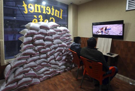 Residents play computer games at an internet cafe where sandbags were piled as protection from future explosions at a stronghold of the Shi'ite group Hezbollah in the southern suburbs of the Lebanese capital Beirut January 28, 2014. REUTERS-Hasan Shaaban