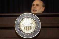 Le président de la Réserve fédérale des Etats-Unis, Ben Bernanke. La Fed a annoncé mercredi une nouvelle réduction de 10 milliards de dollars de ses rachats obligataires mensuels, s'en tenant à son plan de dénouer progressivement ses mesures de soutien exceptionnelles en dépit des turbulences qui agitent les marchés émergents. /Photo prise le 18 décembre 2013/REUTERS/Jonathan Ernst