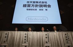 Le président de Nintendo, Satoru Iwatra (deuxième à partir de la droite), a assuré jeudi que la société s'efforcerait de rester fidèle à sa stratégie centrée sur la fabrication de consoles et sur l'édition de jeux vidéo, en dépit des craintes nées des ventes médiocres de la Wii U. /Photo prise le 30 janvier 2014/REUTERS/Yuya Shino