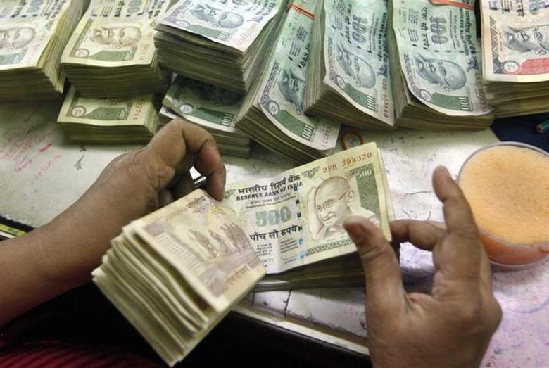 An employee counts rupee currency notes at a cash counter inside a bank in Kolkata June 18, 2012. REUTERS/Rupak De Chowdhuri