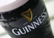 Бокал пива Guinness у одного из лондонских пабов 28 августа 2008 года. Рост продаж крупнейшего в мире производителя алкогольной продукции Diageo замедлился в первой половине финансового года из-за слабых показателей в Китае, Таиланде и Нигерии. REUTERS/Luke MacGregor