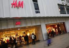 Люди у магазина H&M во Франкфурте-на-Майне 4 декабря 2013 года. Крупные вложения в онлайн-магазины и новые бренды негативно сказались на прибыли ритейлера Hennes & Mauritz в четвертом квартале, однако компания планирует продолжать экспансию на новые рынки и расширение ассортимента товаров. REUTERS/Kai Pfaffenbach