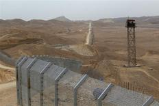 An Egyptian watch tower is seen close to the construction site of a barrier on the border between Israel and Egypt along Israel's Highway 12, a desert road north of the Red Sea resort of Eilat, in this February 15, 2012 file picture. REUTERS/Baz Ratner/Files