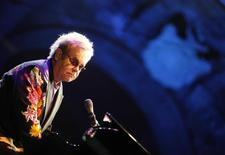 Pop singer Elton John performs for the Piedigrotta festival at Plebiscito Square in Naples September 11, 2009. REUTERS/Ciro de Luca/Agnfoto
