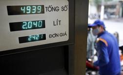 Мужчина заправляет автомобиль на АЗС в Ханое 18 декабря 2013 года. Аналитики прогнозируют снижение цен на нефть в 2014 году из-за повышения добычи из нетрадиционных источников и медленного роста мировой экономики. REUTERS/Kham