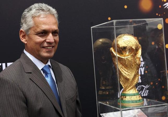 Ecuador's national soccer team head coach Reinaldo Rueda poses with the World Cup trophy during a ceremony at Carondelet Palace in Quito January 27, 2014. REUTERS/Stringer Granja