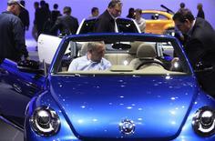 Un grupo de visitantes a la feria del automóvil de Detroit observan el interior de un vehículo Beetle de Volkswagen en Detroit, ene 15 2014. La alemana Volkswagen superó por poca diferencia a General Motors en las ventas globales de autos el año pasado, terminando en el segundo lugar después de Toyota Motor Corp. REUTERS/Joshua Lott