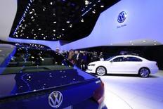 Avec 9,73 millions de véhicules vendus, Volkswagen a de peu ravi à General Motors (9,71 millions de véhicules) le deuxième rang mondial des constructeurs automobiles l'an passé, derrière le leader Toyota Motor (9,98 millions de véhicules). /Photo prise le 15 janvier 2014/REUTERS/Joshua Lott