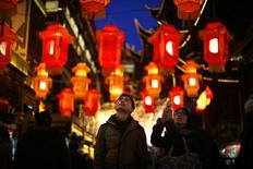 Una pareja observa unas linternas del año nuevo chino en el jardín Yuyuan en el centro de Shanghái, ene 28 2014. China dio la bienvenida el jueves al inicio del Año del Caballo con celebraciones moderadas, mientras la población obedecía los pedidos del gobierno de que enciendan menos fuegos artificiales, que se cree que traen buena suerte, debido a preocupaciones sobre la contaminación del aire. REUTERS/Carlos Barria