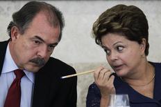 Presidente Dilma Rousseff conversa com o ministro Aloizio Mercadante, que será o novo chefe da Casa Civil. 14/03/2013 REUTERS/Ueslei Marcelino