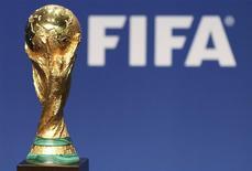 Una réplica de la Copa del Mundo de la FIFA en la sede del organismo en Zúrich, ene 23 2014. Cerca de 500.000 hinchas solicitaron más de 3,5 millones de localidades para el Mundial de Brasil en la segunda fase de venta de boletos, lo que elevó el total de entradas pedidas a casi 10 millones, dijo el jueves la FIFA. REUTERS/Thomas Hodel