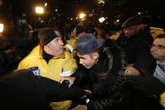 La estrella pop canadiense Justin Bieber a su llegada a una estación de policía en Toronto, ene 29 2014. Una petición al Gobierno de Estados Unidos para deportar a la estrella de pop canadiense Justin Bieber tras su arresto la semana pasada por cargos de manejar en estado de embriaguez superó el miércoles las 100.000 firmas necesarias para exigir una respuesta de la Casa Blanca. REUTERS/Alex Urosevic