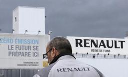 Renault a annoncé qu'il pourrait produire jusqu'à 132.000 Nissan Micra dans son usine de Flins (Yvelines) en 2016. Le projet vise à attribuer un volume supplémentaire de 40.000 à 50.000 voitures, par rapport aux 82.000 déjà annoncées, et doit encore être présenté au comité exécutif de Nissan en février. /Photo prise le 29 janvier 2013/REUTERS/Christian Hartmann