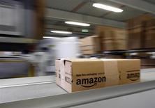 Le groupe américain, numéro un mondial du commerce en ligne, a réalisé un chiffre d'affaires de 25,6 milliards de dollars (18,9 milliards) sur le trimestre de Noël, en hausse de 20% sur un an mais inférieur au consensus qui était d'un peu plus de 26 milliards. /Photo prise le 16 décembre 2013/REUTERS/Michaela Rehle