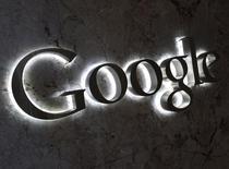 Логотип Google у входа в офис компании в Торонто 5 сентября 2013 года. Квартальная выручка Google Inc превысила прогнозы Уолл-стрит, несмотря на продолжающееся снижение цен на онлайн-рекламу и ухудшение показателей Motorola, которую покупает китайская Lenovo. REUTERS/Chris Helgren