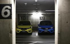 Субкомпакты Honda Fit на парковке штаб-квартиры компании в Токио 30 октября 2013 года. Чистая прибыль Honda Motor Co за октябрь-декабрь выросла более чем вдвое в годовом выражении до 160,7 миллиарда иен ($1,56 миллиарда) благодаря устойчивым продажам обновленного субкомпакта Fit, вышедшего в продажу в Японии в сентябре. REUTERS/Issei Kato