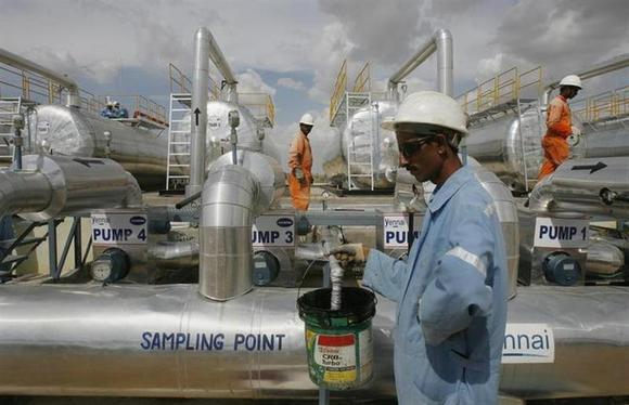 Cairn India employees work at a storage facility for crude oil at Mangala oil field at Barmer in Rajasthan August 29, 2009. REUTERS/Parth Sanyal/Files
