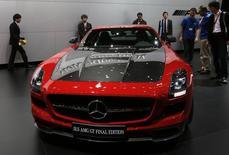 Автомобиль Mercedes-Benz SLS AMG GT на автошоу в Токио 20 ноября 2013 года. Автопроизводитель Mercedes-AMG, люксовое подразделение Daimler, продал около 32.200 автомобилей в 2013 году, сделав его лучшим для компании за её историю. REUTERS/Toru Hanai