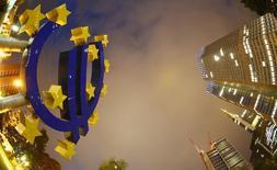 Escultura com o logotipo do euro fotografada em frente à sede do Banco Central Europeu, em Frankfurt. A alta dos preços ao consumidor na zona do euro desacelerou em janeiro, ante expectativa do mercado de aceleração, devido principalmente à forte queda dos custos de energia, complicando a tarefa do Banco Central Europeu de sustentar a frágil economia do bloco. 2/09/2013. REUTERS/Kai Pfaffenbach