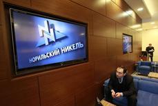 Мужчина сидит в приемной офиса Норильского Никеля в Москве 28 января 2013 года. Крупнейший в мире производитель никеля и палладия Норильский Никель в 2013 году снизил выпуск никеля на 3 процента до 285.300 тонн, сообщила компания в пятницу. REUTERS/Sergei Karpukhin