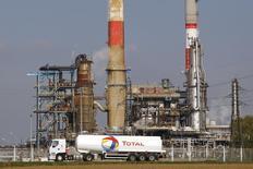 Автоцистерна проезжает мимо НПЗ в Гранпюи 18 октября 2010 года. Цены на нефть Brent снижаются и завершат январь в минусе впервые за четыре месяца из-за опасений сокращения спроса в Китае. REUTERS/Benoit Tessier