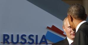Президент России Владимир Путин приветствует американского президента Барака Обаму на саммите G20 в Константиновском дворце под Санкт-Петербургом 5 сентября 2013 года. Обама верит, что в Сочи безопасно, и считает, что если американцы хотят поехать на Олимпиаду, им не стоит отказываться от этого. REUTERS/Grigory Dukor