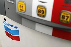 Chevron a annoncé un bénéfice en recul de 32% au quatrième trimestre, en raison d'une baisse de la production et des marges de raffinage de par le monde. /Photo prise le 9 octobre 2013/REUTERS/Mike Blake