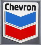 Логотип Chevron на заправке в Вашингтоне 11 января 2010 года. Прибыль второй крупнейшей нефтяной компании США Chevron Corp совпала с прогнозами в четвертом квартале, добыча и маржа переработки нефтедобытчика снизились по всему миру. REUTERS/Jason Reed