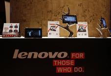 Tablets e dispositivos móveis da Lenovo expostos durante uma coletiva de imprensa durante a apresentação dos resultados anuais da companhia, em Hong Kong. Autoridades norte-americanas devem permitir que o grupo chinês Lenovo compre o negócio de servidores de baixo custo da IBM e a Motorola Mobility, negócio de aparelhos móveis do Google, se a companhia concordar em fazer concessões destinadas a proteger a segurança nacional dos Estados Unidos, disseram especialistas. 23/05/2013 REUTERS/Bobby Yip