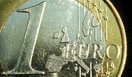 Le président roumain Traian Basescu a déclaré Bucarest allait renforcer sa compétitivité économique durant les quatre ou cinq prochaines années avant d'entrer dans la zone euro, même si elle pourrait prétendre à l'intégrer dès cette année. /Photo d'archives/REUTERS/Peter Macdiarmid
