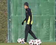 Atacente Neymar caminha durante sessão de treinos do Barcelona, na Ciutat Esportiva Joan Gamper, em Sant Joan Despi, próximo a Barcelona. Neymar treinou pela primeira vez desde que machucou o tornozelo há duas semanas e sua recuperação é satisfatória, informou o Barcelona nesta sexta-feira. 10/12/2013. REUTERS/Gustau Nacarino