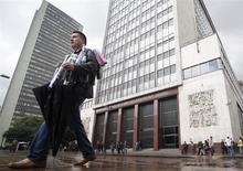 El Banco Central de Colombia en Bogotá, mar 1 2011. El Banco Central de Colombia mantuvo el viernes inalterada su tasa de interés de referencia en el actual 3,25 por ciento, en línea con lo esperado por el mercado. REUTERS/John Vizcaino