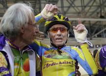 A 102 ans, Robert Marchand a battu vendredi son propre record de la distance parcourue à vélo en une heure, dans la catégorie des centenaires, en parcourant 26,927 kilomètres. /Photo prise le 31 janvier 2014/REUTERS/Jacky Naegelen