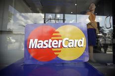 El logo de MasterCard durante el lanzamiento de su primera transacción por cajero automático en Myanmar, nov 15 2012. MasterCard, la segunda compañía de tarjetas de crédito más grande del mundo, registró un alza de 3 por ciento en sus ganancias trimestrales, pero no alcanzó el promedio estimado por analistas debido a un incremento de los gastos. REUTERS/Soe Zeya Tun
